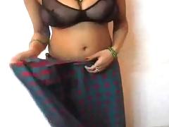 Indian housewife expose her big boobs in saree