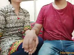 Pdosi hua tharki bhabhi ko dekh gaand mari bhabhi ki ghr pe