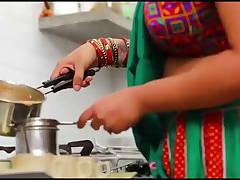 Ghar Aaye Gust Ko Hot Nokrani Ne Aapne Dhodh Pilaye